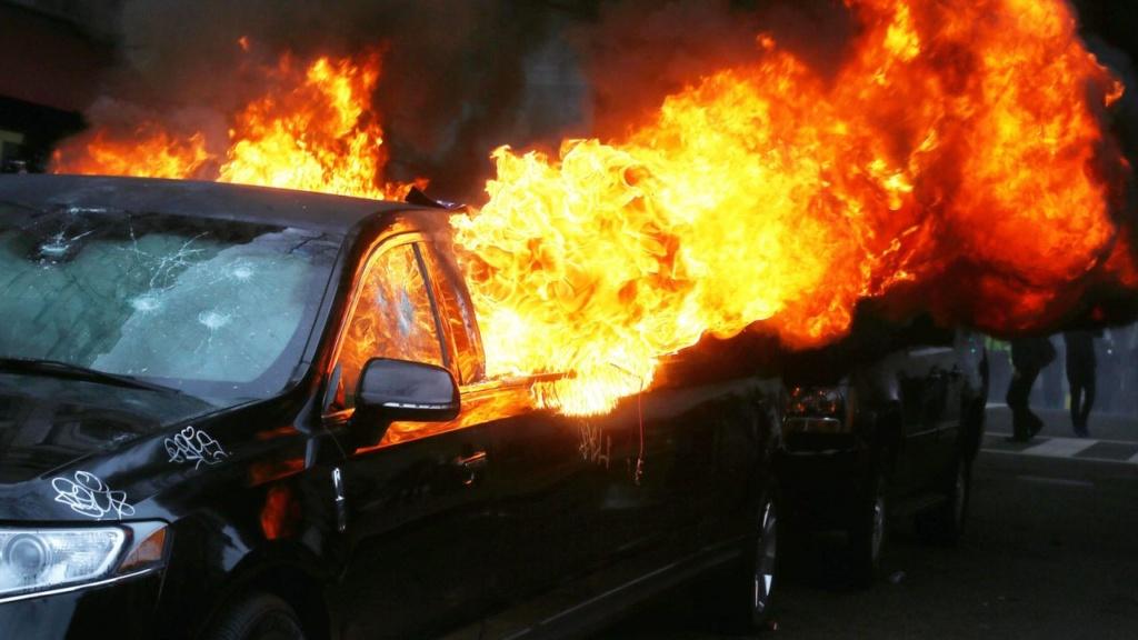 опожарена лимузина